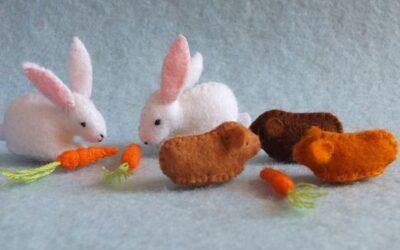 Twee konijntjes, drie cavia's en worteltjes