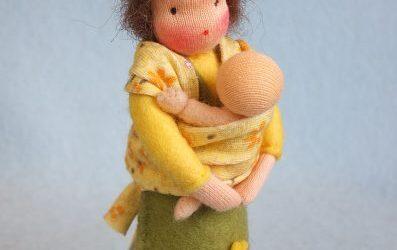Moeder met baby in draaddoek