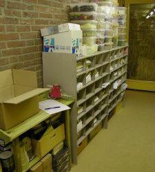 Postkast, lege bakken en een oppottafel