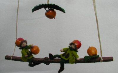 Twee appelmannetjes in rood en groen